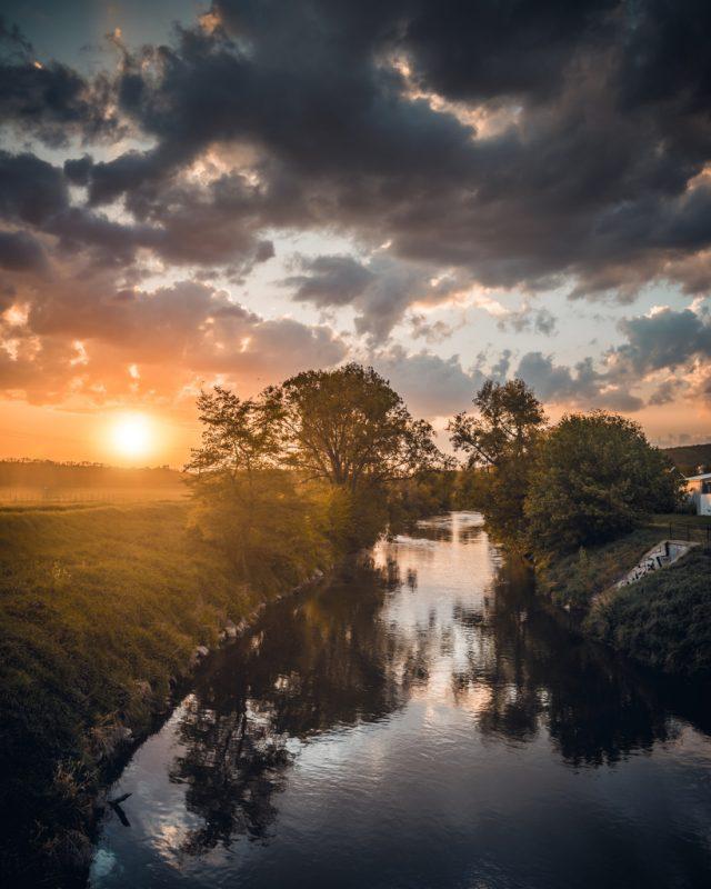 Černobílá krajina - řeka