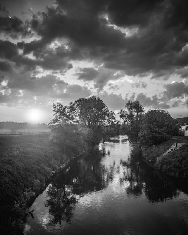 Černobílá krajina - řeka čb
