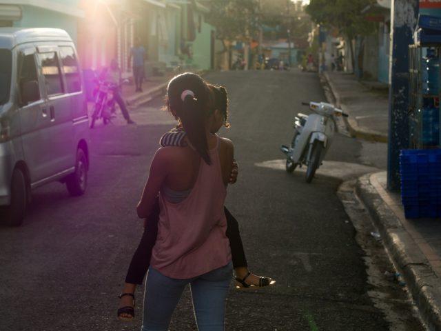 Úprava fotek pomocí křivek: původní snímek dívky jdoucí po ulici.