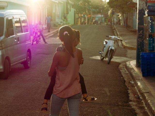 Úprava fotek pomocí křivek: snímek dívky jdoucí po ulici po základních úpravách.