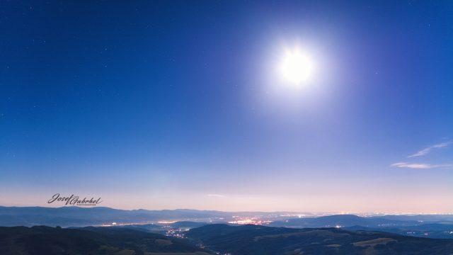 Noční focení krajiny: měsíc nad Lopeníkem.