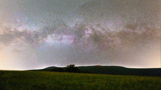 Noční focení krajiny: Bílé Karpaty a mléčná dráha.