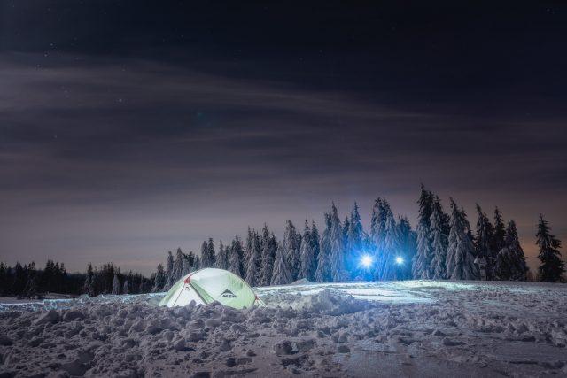 Noční focení krajiny: stan a čelovky.