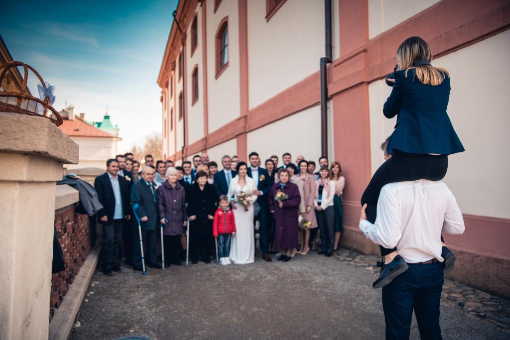 Co vzít s sebou na focení svatby - asistent