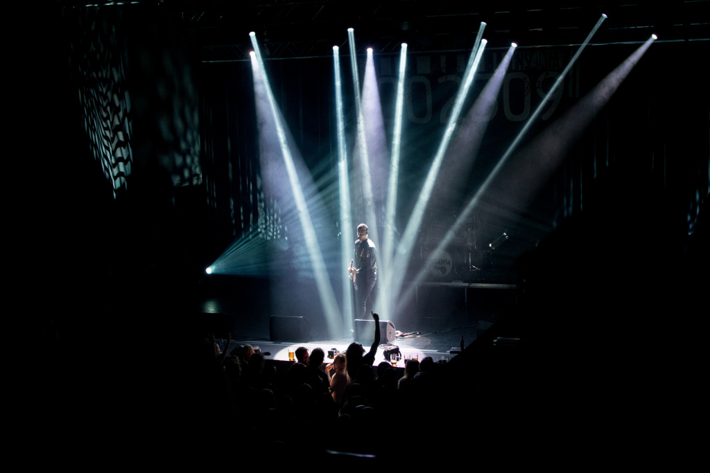 Jak fotit koncerty - reflektory, Insania