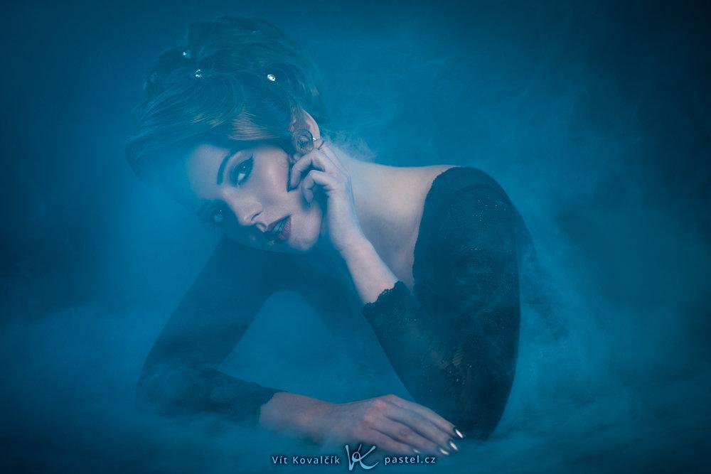 Základy kompozice při focení portrétu II: Naučte se využívat okolí - fotografie dívky ozvláštněná mlhou