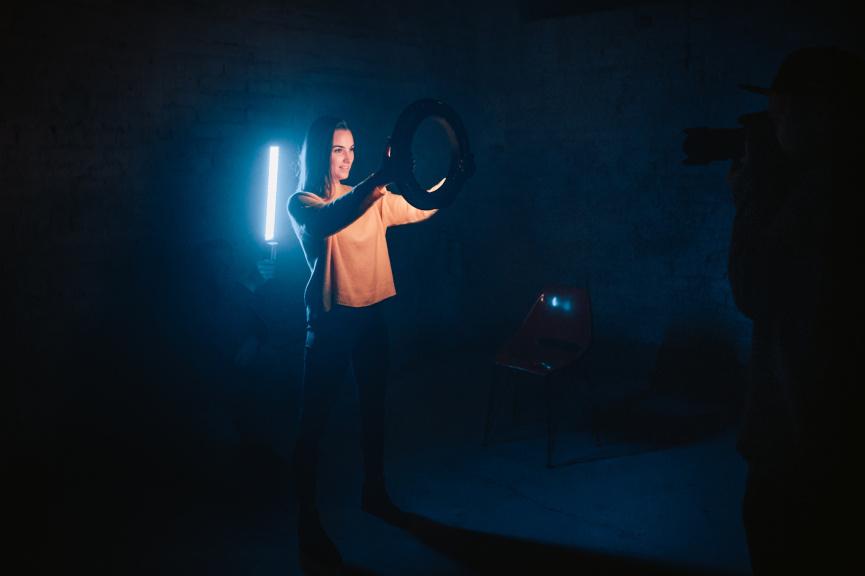 Portrét s kruhovým LED světlem - backlight / backstage