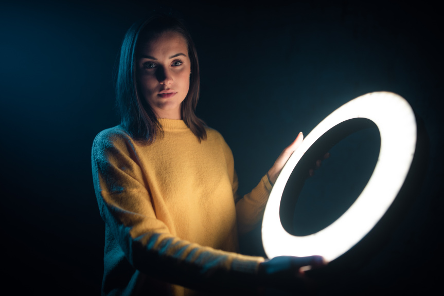 Portrét s kruhovým LED světlem - držení
