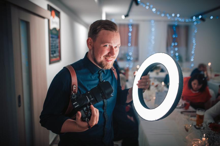 Portrét s kruhovým LED světlem - Matěj Liška