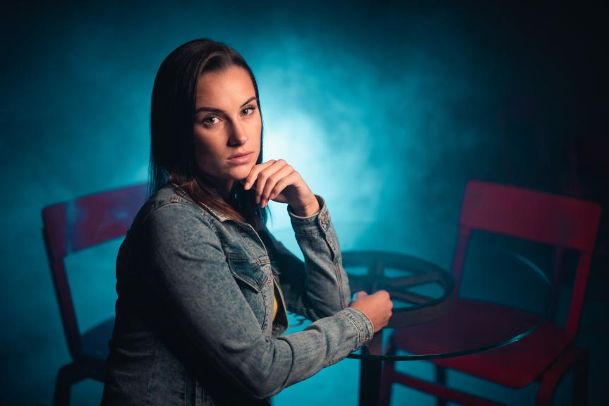 Portrét s kruhovým LED světlem - modrá barva v pozadí