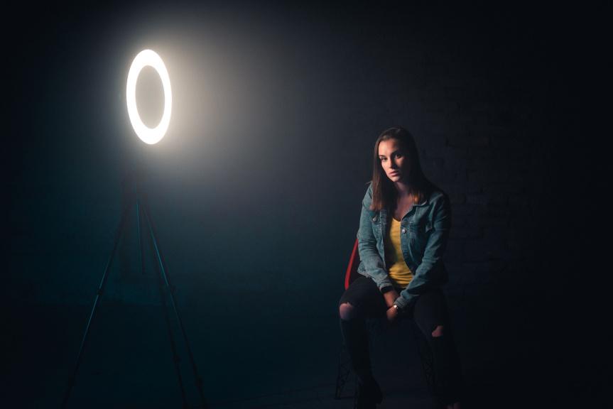Portrét s kruhovým LED světlem - ringlight