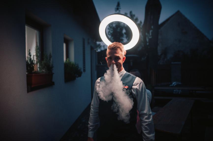 Portrét s kruhovým LED světlem - svatozář