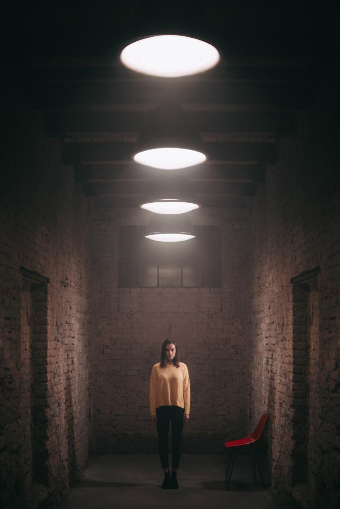 Portrét s kruhovým LED světlem - symetrie