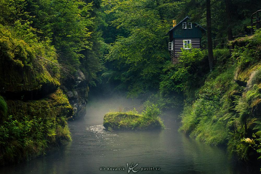 Jak v mlze nafotit detaily krajiny - řeka v mlze