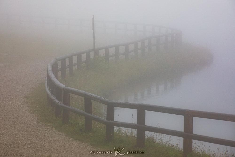 Jak v mlze nafotit detaily krajiny - jezero v mlze