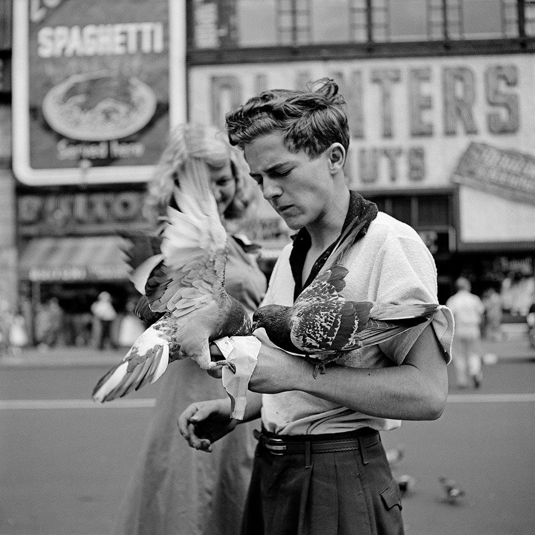 8 tipů od Vivian Maier – chlapec s holubem