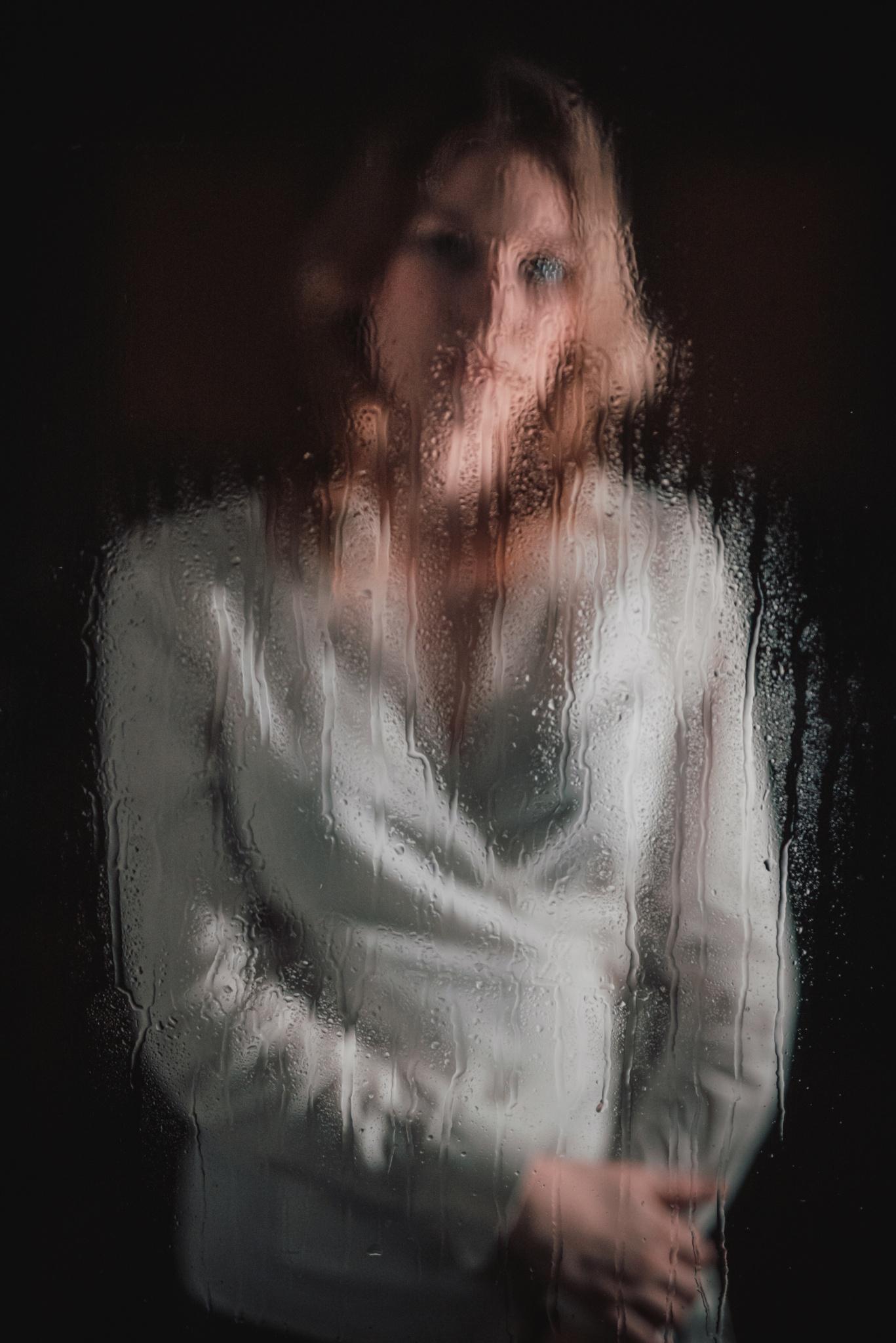 Efektní portrét přes sklo