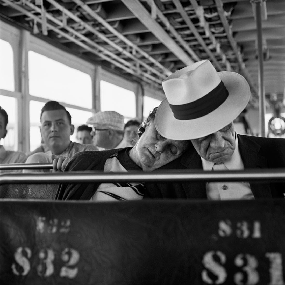 8 tipů od Vivian Maier – spící pár v tramvaji