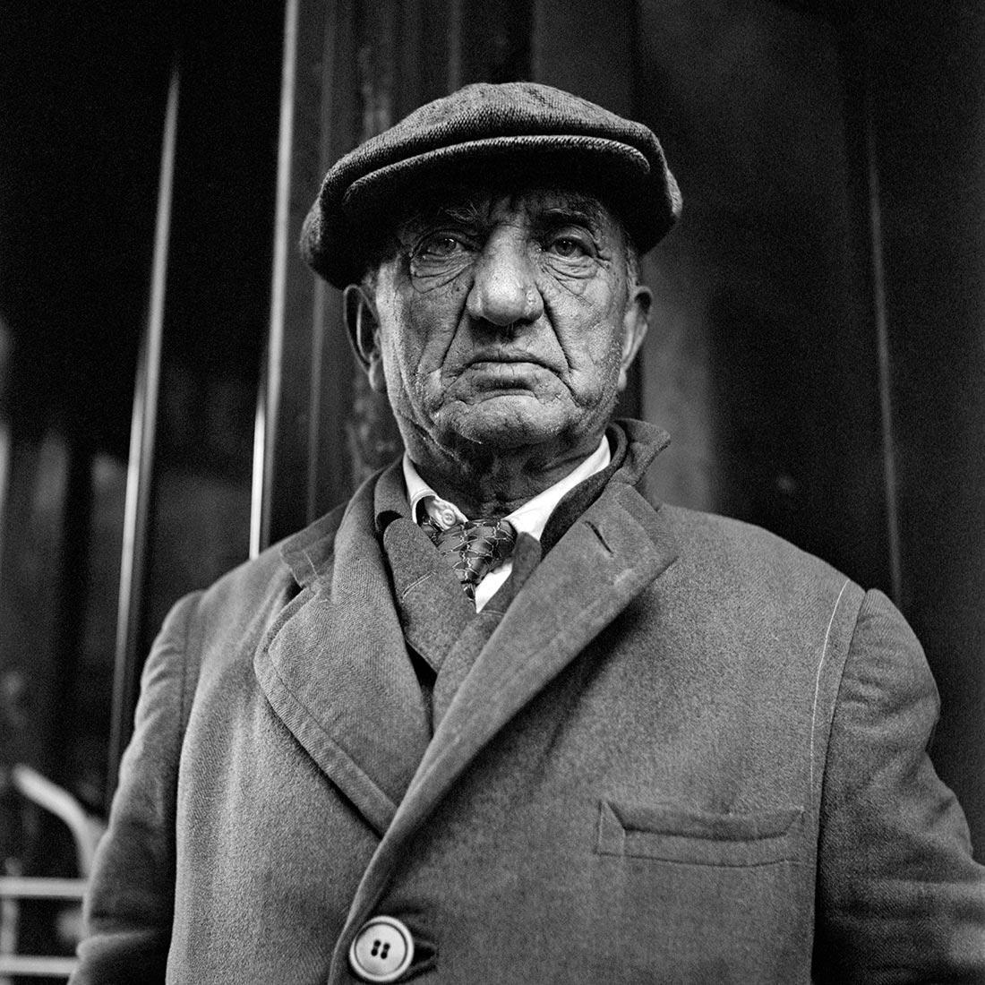 8 tipů od Vivian Maier – muž v kabátu