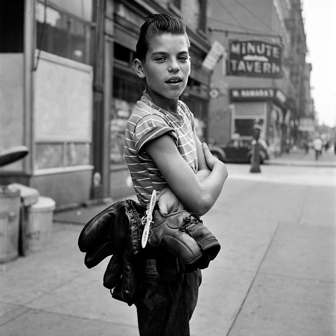8 tipů od Vivian Maier – chlapec s několika páry bot