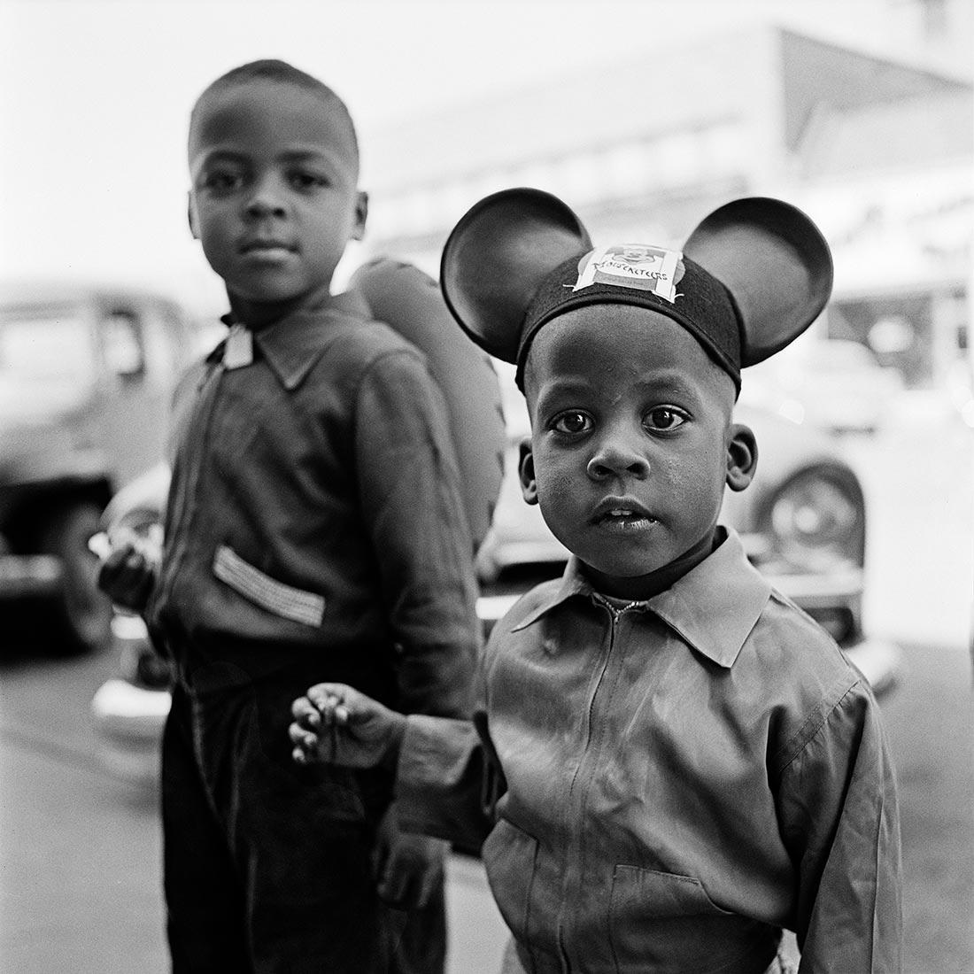 8 tipů od Vivian Maier – dva chlapci