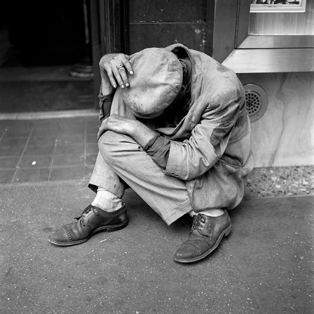 8 tipů od Vivian Maier – schoulený muž