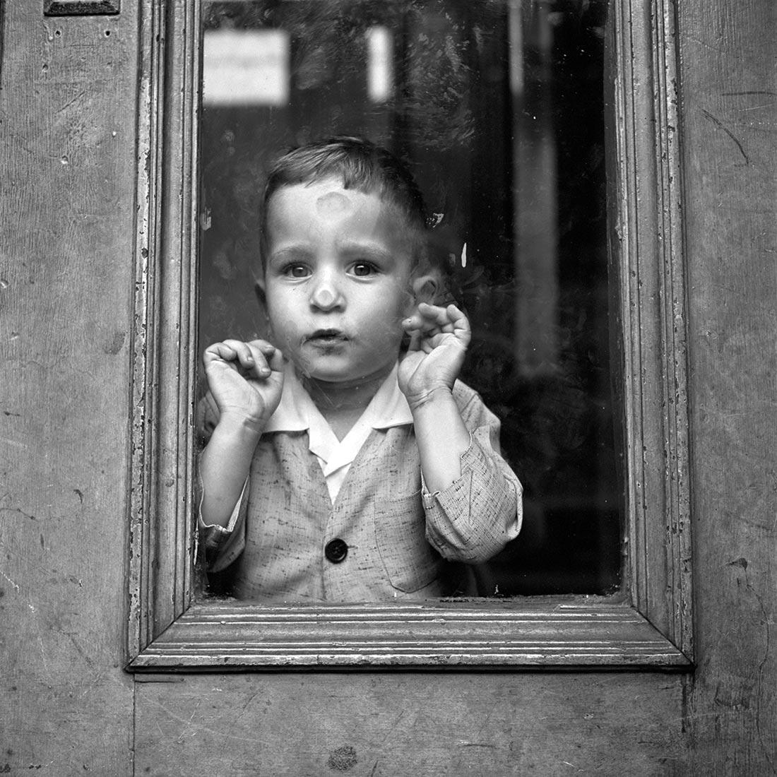 8 tipů od Vivian Maier – malé dítě za oknem