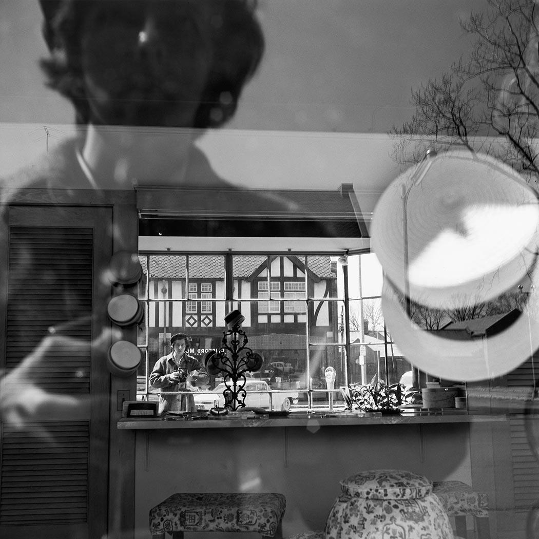 8 tipů od Vivian Maier – Vivian v odrazu výlohy