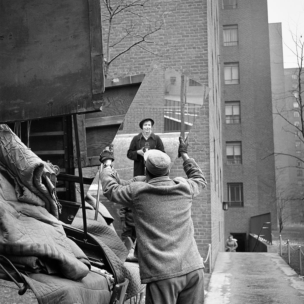 8 tipů od Vivian Maier – autoportrét v právě přenášeném zrcadle