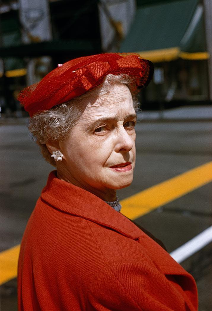 8 tipů od Vivian Maier – dáma v červeném, na pozadí žluté linie