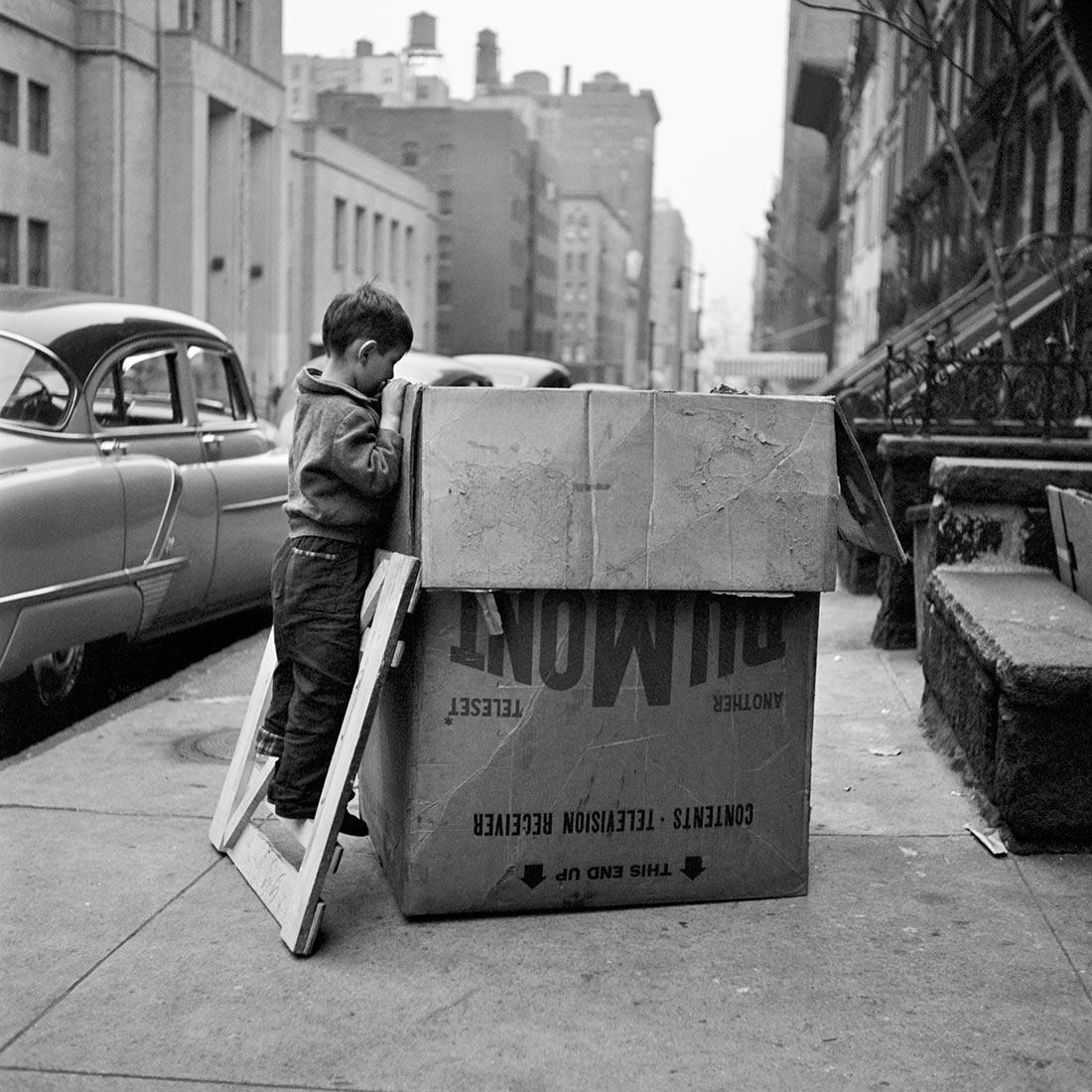 8 tipů od Vivian Maier – chlapec zkoumající obsah krabice