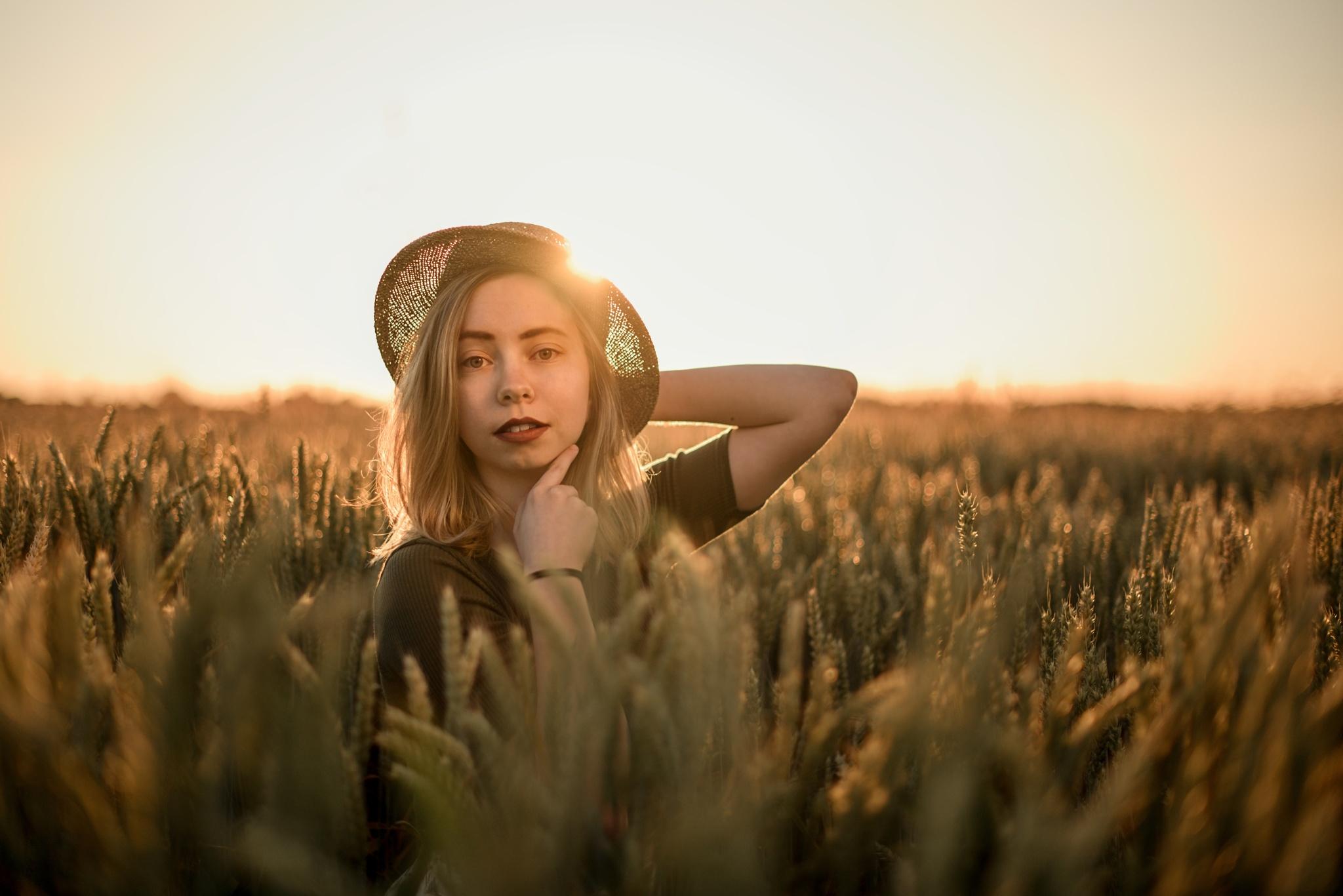 Zlatá hodinka, květiny a koupání: Přečtěte si, co a jak fotit v létě dívka v poli