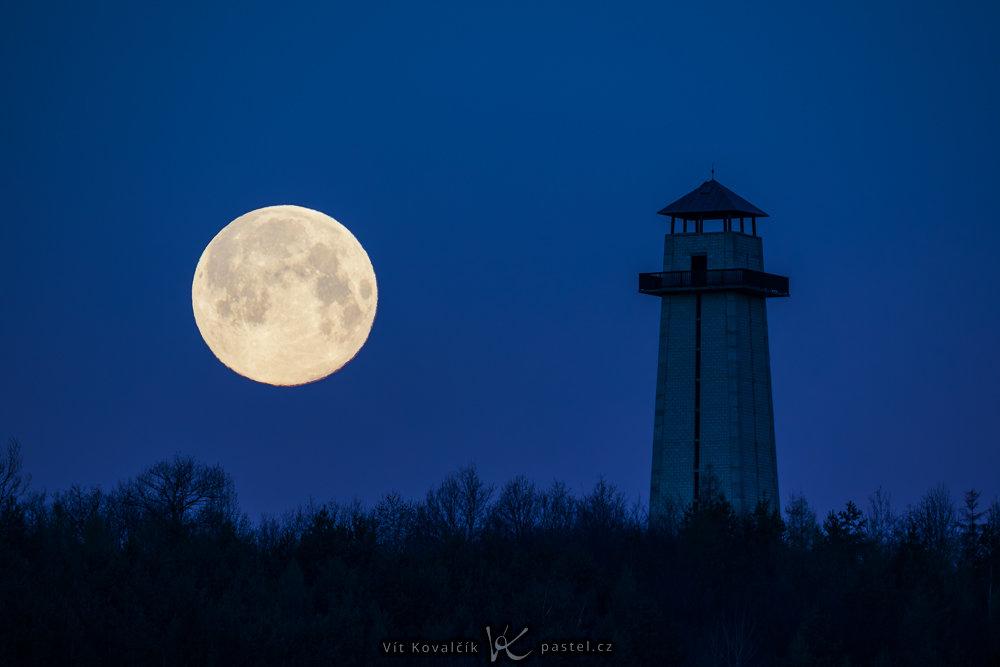 Jak fotit Měsíc v krajině?