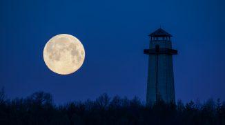 Jak fotit Měsíc v krajině? Pomůže dlouhé ohnisko i správný výběr místa