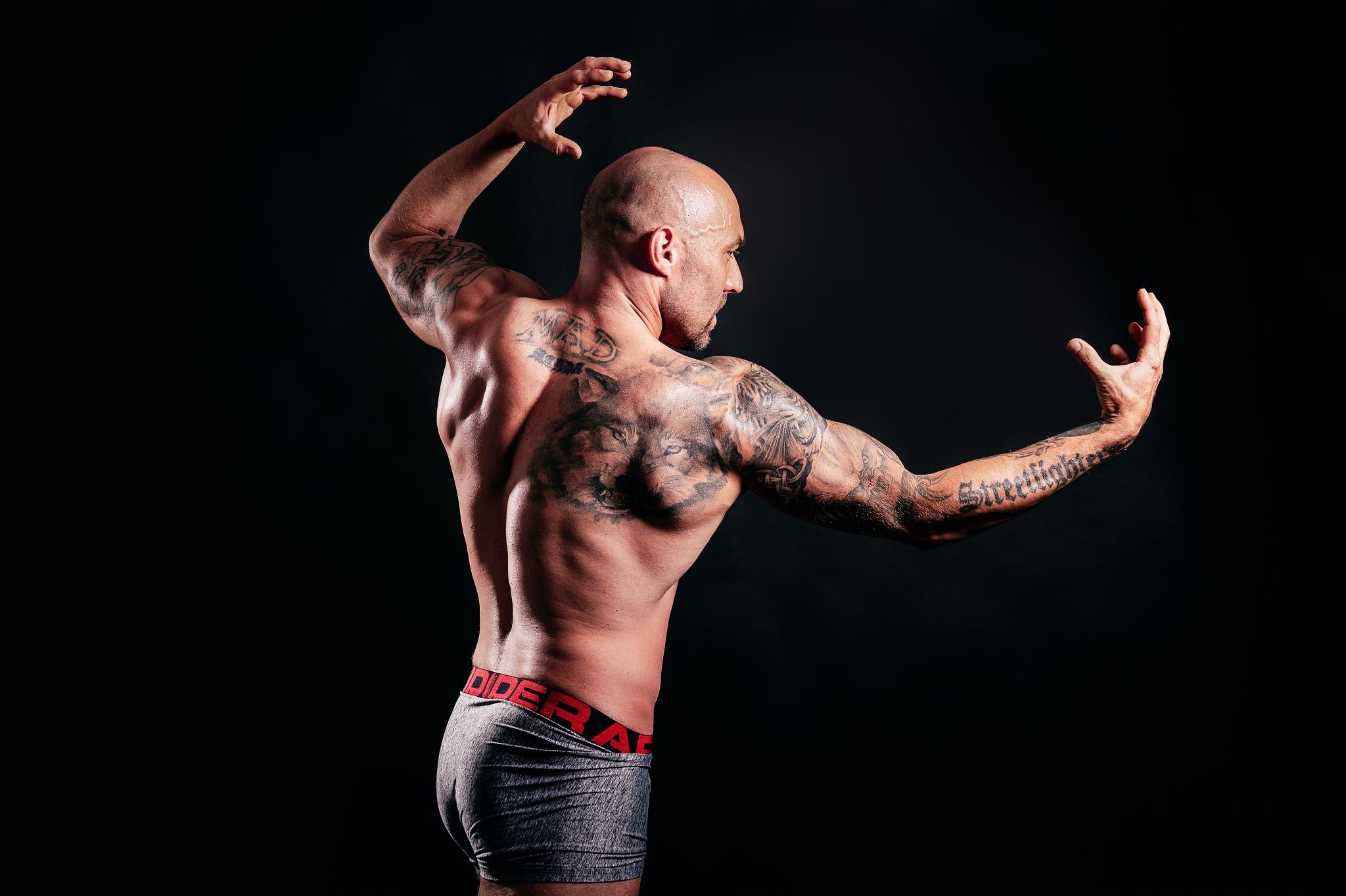 Mužský portrét: jak fotit muže - nasvícení svalů v ateliéru