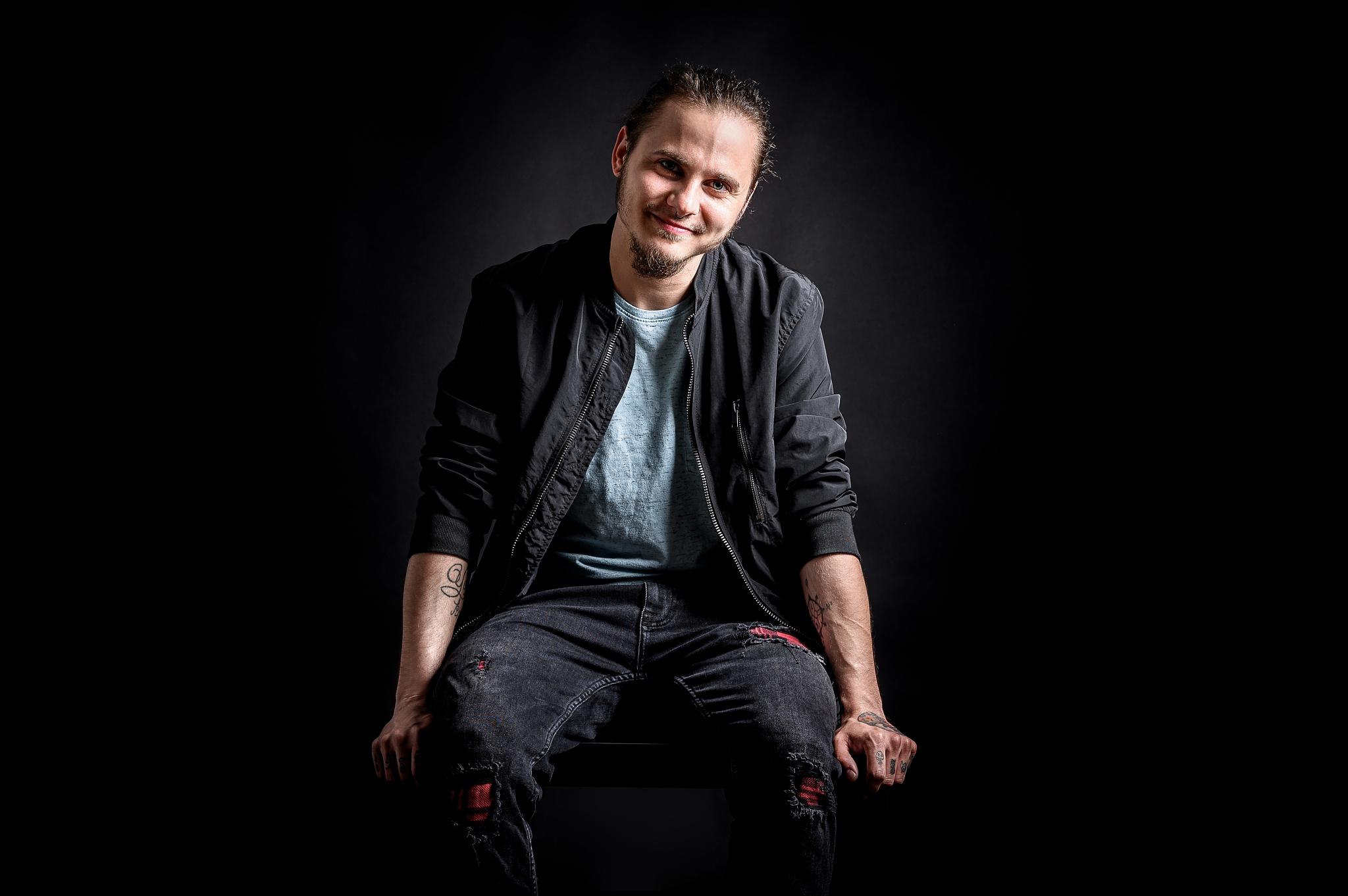 Mužský portrét: jak fotit muže - sedící póza, ruce opřené podél těla
