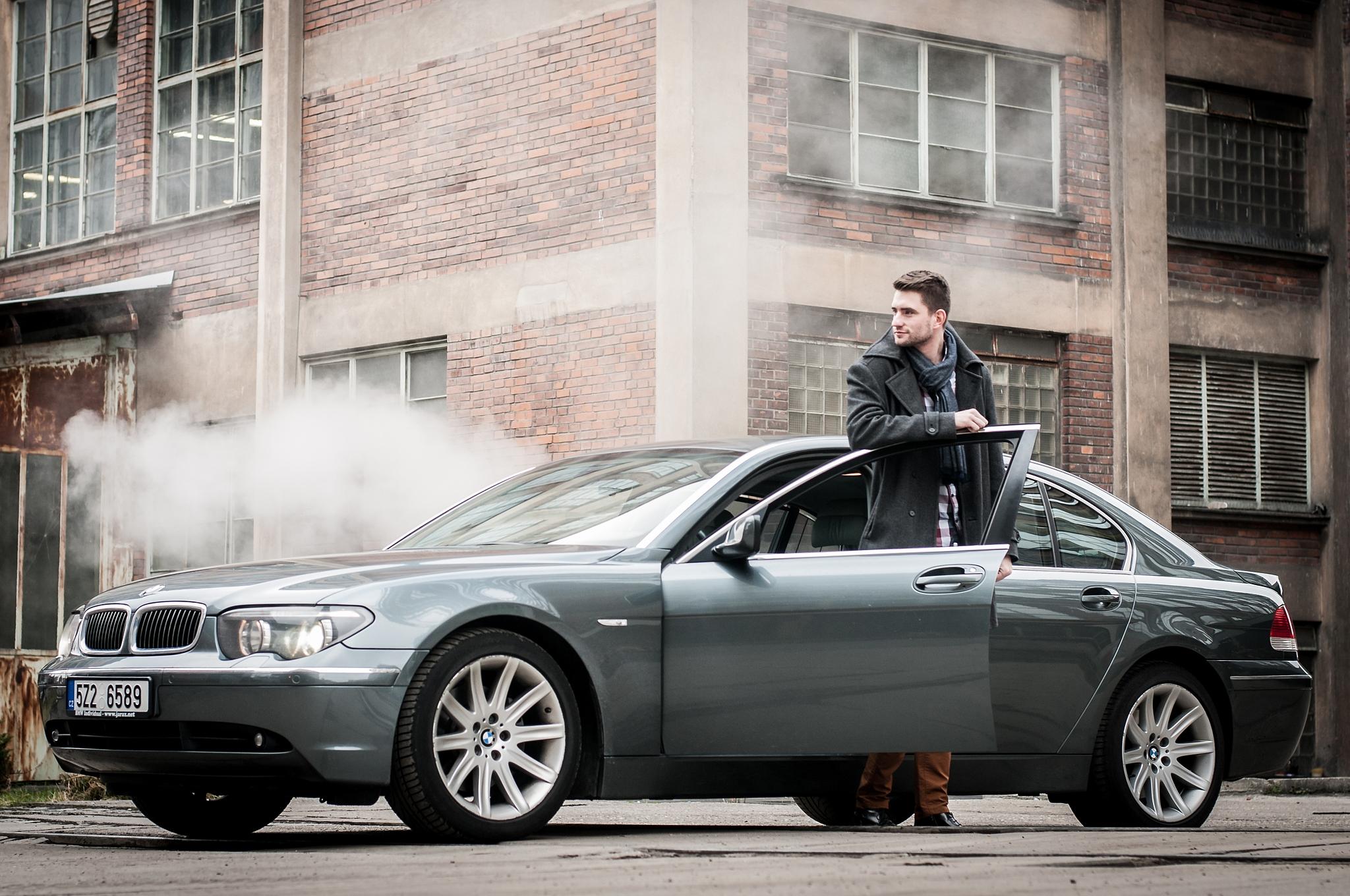 Mužský portrét: jak fotit muže - muž vystupující z auta